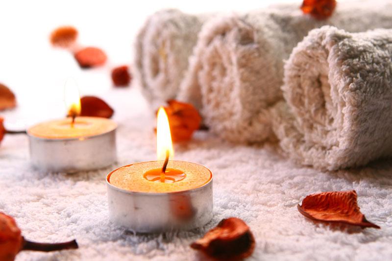 bougies et serviette du cabinet de réflexologie à samoëns